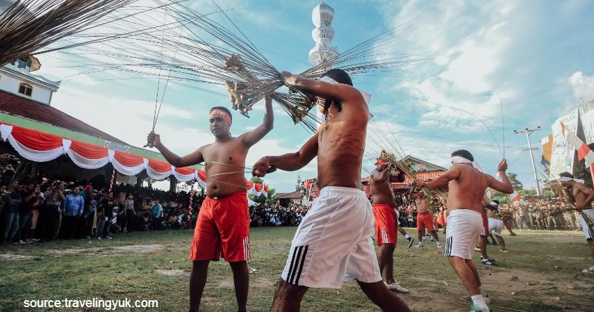Tradisi Paling Ekstrim di Indonesia - Tradisi Pukul Manyapu Maluku Tengah