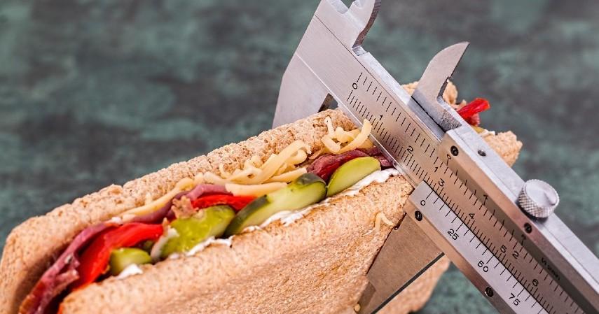 Atur porsi makan - 8 Cara Mengatasi Heartburn yang Aman
