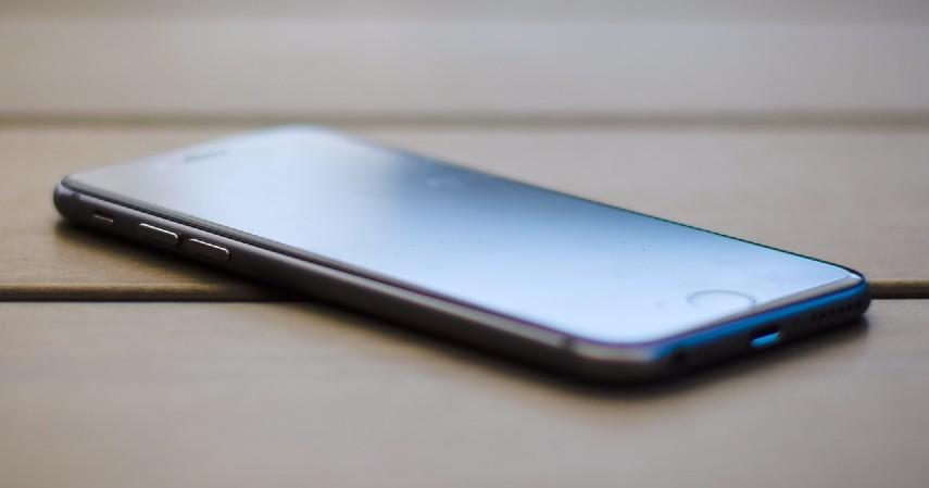 Handphone atau Telepon genggam - Barang Utama yang Harus Diselamatkan saat Banjir Melanda!