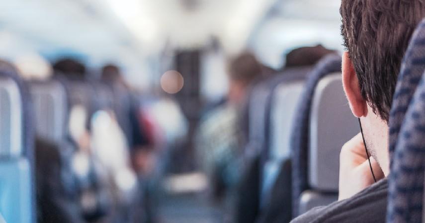 Melakukan Kegiatan Positif Selama di Pesawat - 7 Cara Mengatasi Fobia Naik Pesawat