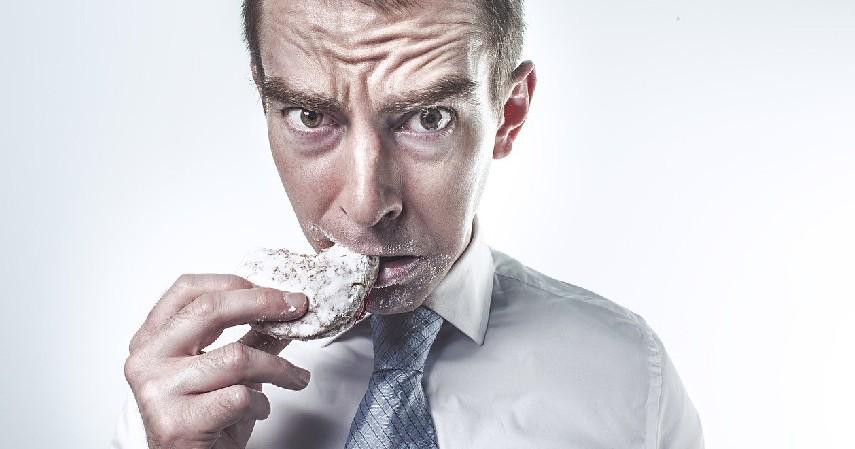 Menelan Makanan atau Minuman - Cara Atasi Telinga Sakit saat Naik Pesawat