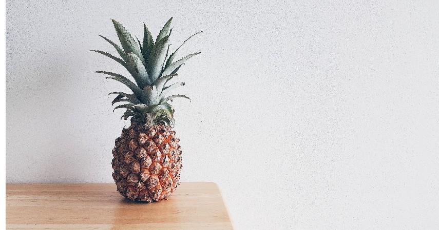 Mengonsumsi buah nanas - Cara Mengatasi Batuk Kering