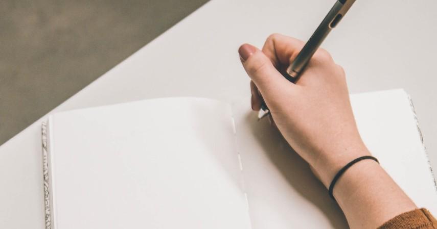 Menulis nama dengan menggunakan tangan yang berbeda - Tips Atasi Panik saat Turbulensi Pesawat