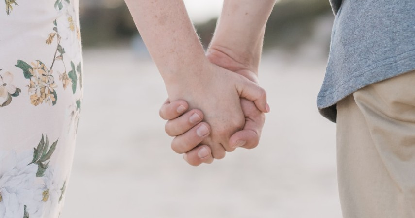 Pegang erat tangan orang disebelahmu - Tips Atasi Panik saat Turbulensi Pesawat