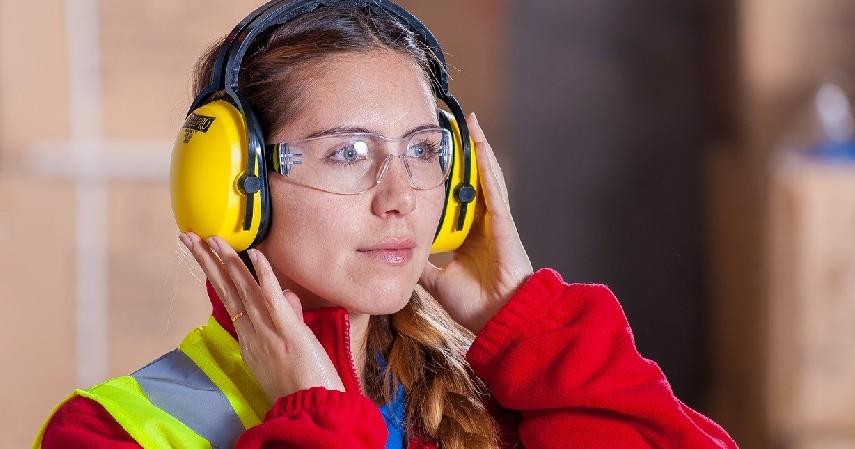 Penutup Telinga - Cara Atasi Telinga Sakit saat Naik Pesawat