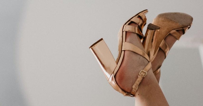 Prediksi Tren Fashion 2021Penggunaan sandal tali silang dan high heels