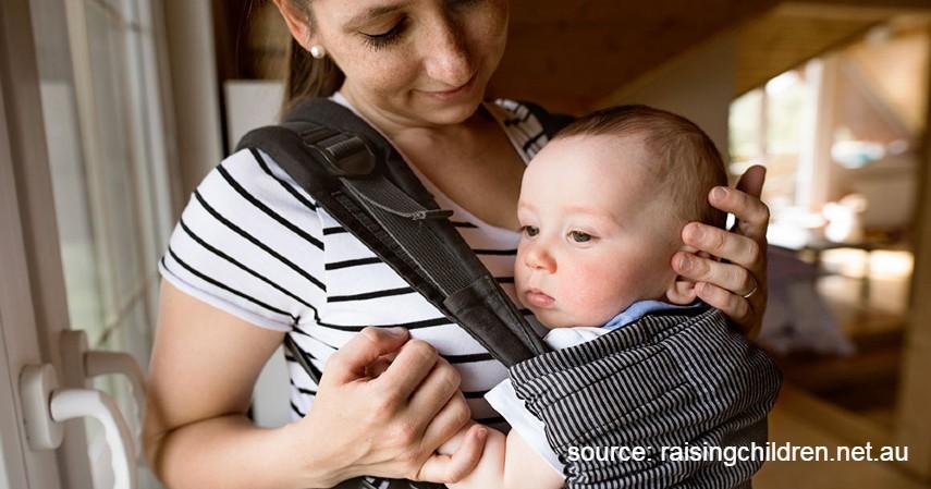Cara Menggendong Bayi Baru Lahir yang Aman, Bayi Pun Nyaman - Menggendong Dengan Posisi Menghadap ke Luar atau ke Depan