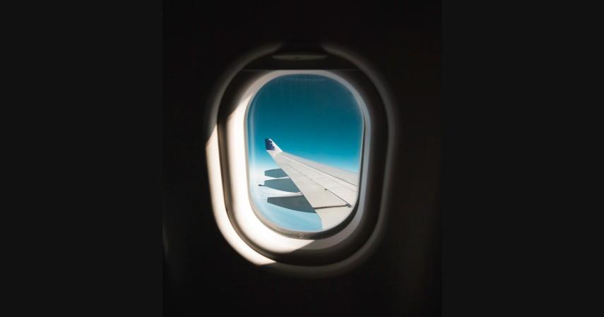 Mengenal Istilah Critical Eleven Dalam Penerbangan, Momen Paling Tegang Saat Naik Pesawat - Membuka Penutup Jendela