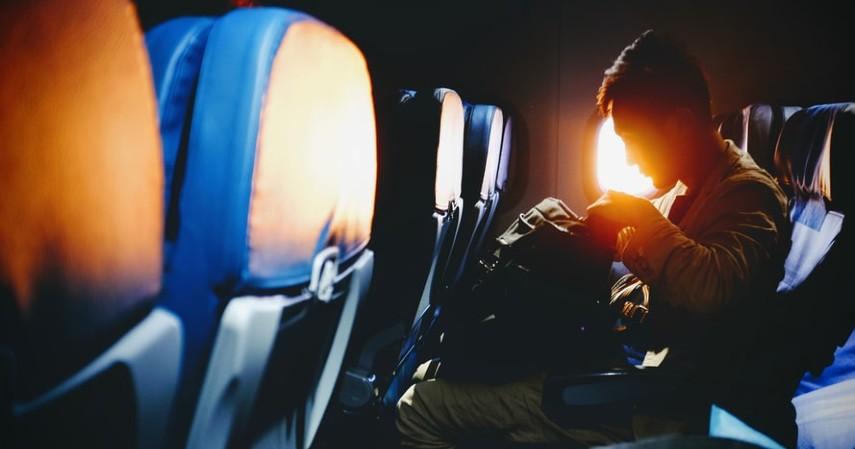 Mengenal Istilah Critical Eleven Dalam Penerbangan, Momen Paling Tegang Saat Naik Pesawat - Tas Disimpan