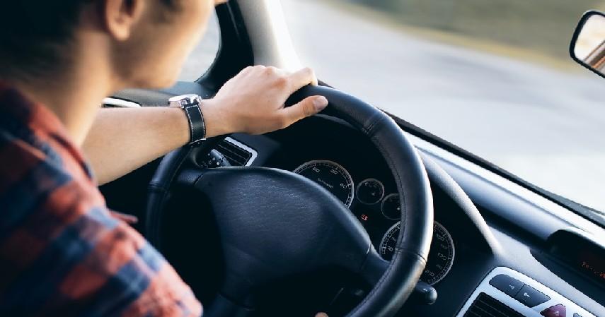 Jangan Mengerem Mendadak - Cara Mengatasi Ban Mobil Pecah Saat Berkendara