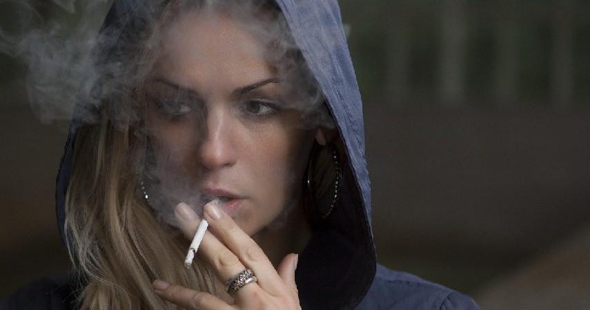 Merokok - 6 Penyebab Penuaan Dini pada Wajah