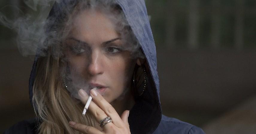 Merokok - Penyebab Kuku Kuning