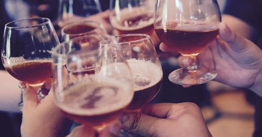 Minuman Beralkohol - 6 Penyebab Penuaan Dini pada Wajah