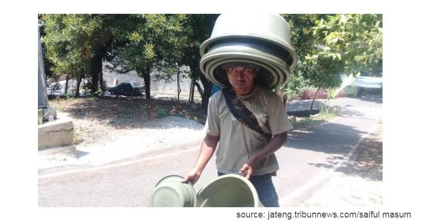 Penjual ember keliling - 10 Profesi yang sudah Langka di Indonesia