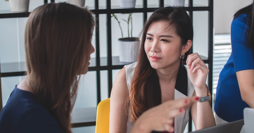 Perbedaan Self-Love dan Selfish yang Penting Diketahui - Cara mendengarkan pendapat orang lain