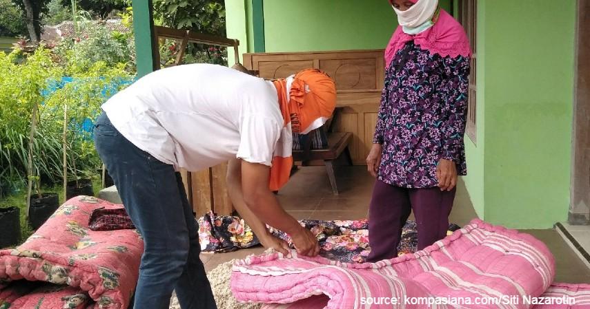 Tukang jahit kasur keliling - 10 Profesi yang sudah Langka di Indonesia