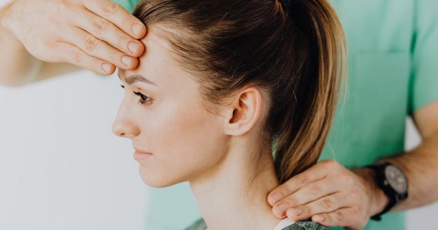 Melakukan pemijatan - 10 Obat Alami Sakit Telinga yang Wajib Dicoba