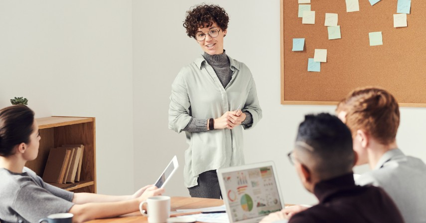 Mengasah skill komunikasi - 8 Manfaat Ikut Program Management Trainee bagi Fresh Graduate