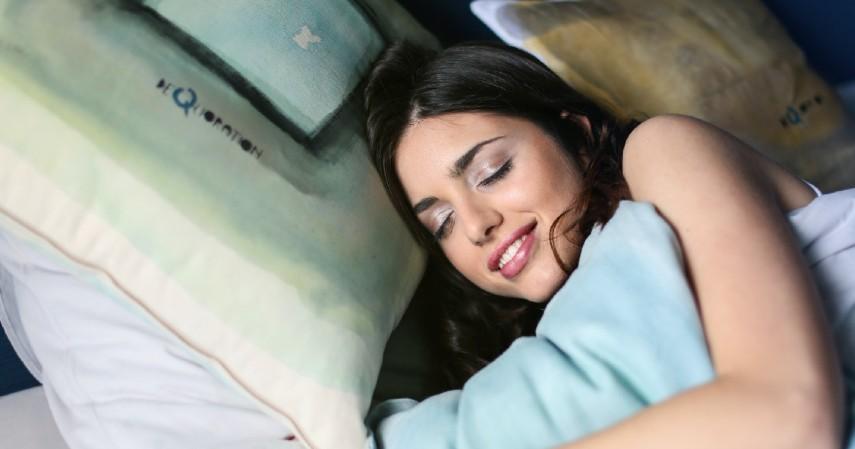 Mengatur posisi tidur - 10 Obat Alami Sakit Telinga yang Wajib Dicoba
