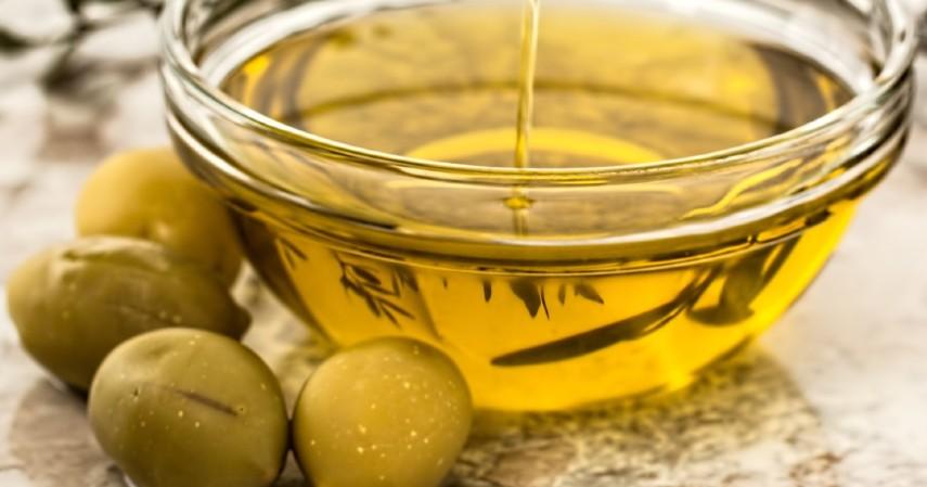 Menggunakan minyak zaitun - 10 Obat Alami Sakit Telinga yang Wajib Dicoba