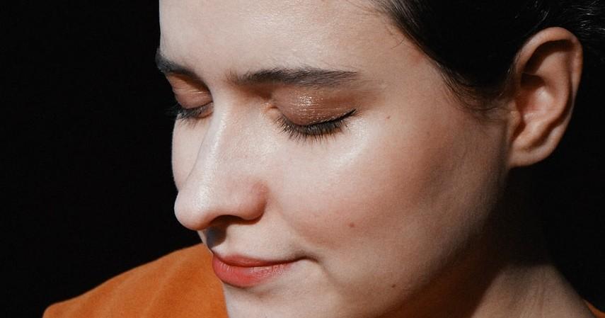 Melembabkan wajah - Manfaat Madu untuk Wajah
