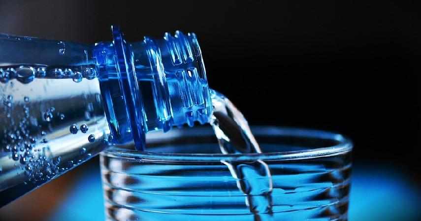 minum air putih - Tips Menjaga Daya Tahan Tubuh di Musim Pancaroba
